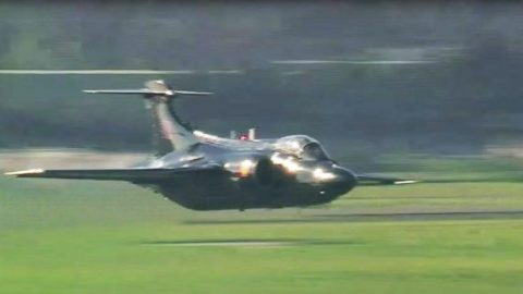 Blackburn Buccaneer – Rarest Nuclear Bomber Pulls Off Phenomenal Low Flyby | Frontline Videos