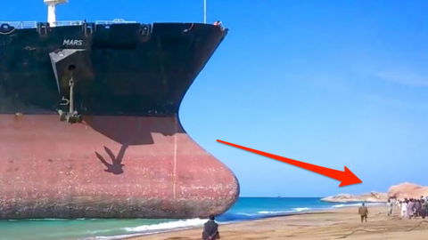 Gigantic Ship Crashes Into Crowded Beach At Full Speed – Keep Your Eyes On The Impact! | Frontline Videos