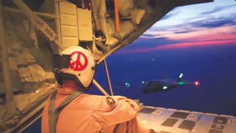 Crew Captures A Beautiful Nighttime F-35 Mid-Air Refueling | Frontline Videos